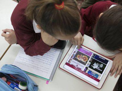 Dos niños de un colegio de Algete (Madrid), en clase de Nuevas Tecnologías.