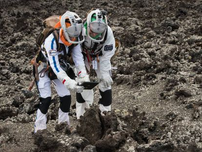 Dos astronautas ensayan en un campo de lava canario el pasado noviembre.