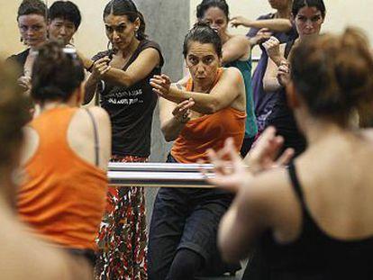 Rafaela Carrasco (con camiseta naranja) da una clase de baile este jueves en Córdoba.