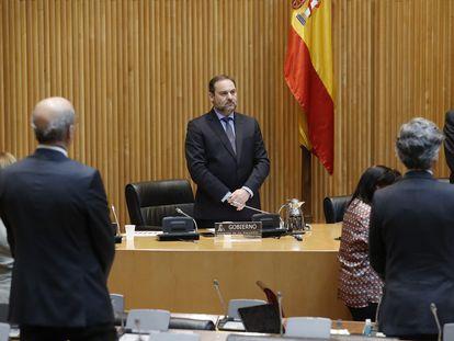 El ministro de Transportes, José Luis Ábalos, y el resto de miembros de la comisión parlamentaria guardan un minuto de silencio al inicio de la misma.