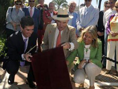 Rudolf Graf Von Shöurg, más conocido como el Conde Rudi (c), acompañado de la alcaldesa marbellí, Ángeles Muñoz, destapa la estrella que le ha dedicado hoy, martes 25 de septiembre de 2012, el Centro de Iniciativas Turísticas de Marbella (CIT), en el bulevar de la fama de Puerto Banús, coincidiendo con su octogésimo cumpleaños.