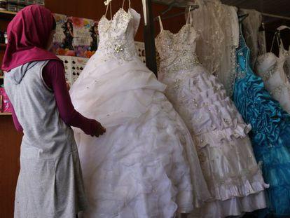 Una joven siria de 14 años elige su vestido de boda en el campo de refugiados de Za'atari, en Jordania.