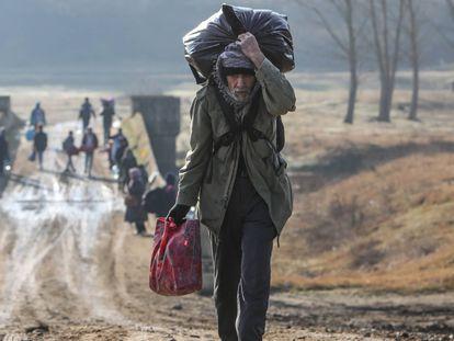 Los refugiados intentan ingresar a Grecia cruzando el río Evros, el 1 de marzo.