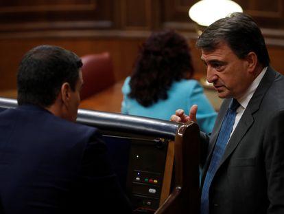 Aitor Esteban se acerca a hablar con Pedro Sánchez este miércoles en el Congreso.