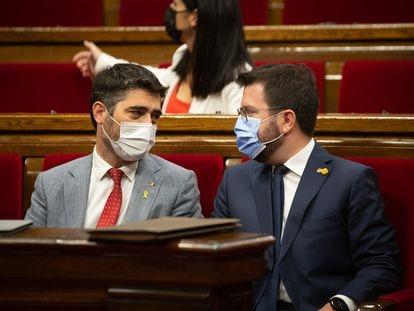 El presidente de la Generalitat, Pere Aragonès (derecha), y el vicepresidente, Jordi Puigneró, ayer en el parlamento de Cataluña.