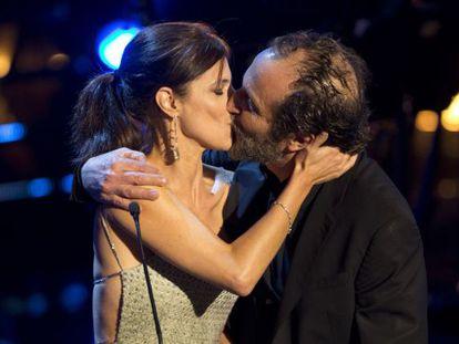 Maribel Verdú besa a Giménez-Cacho en los Premios Fénix.