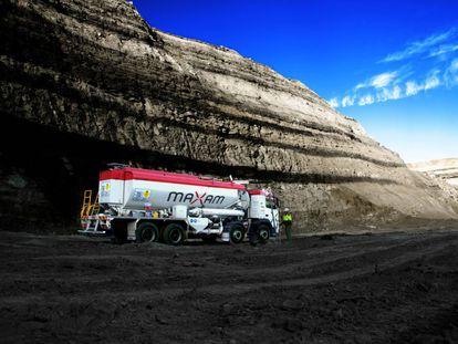 Camión de Maxam cargando explosivo en una mina a cielo abierto en Australia.