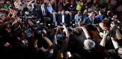 Puigdemont y Junqueras, rodeados de periodistas.