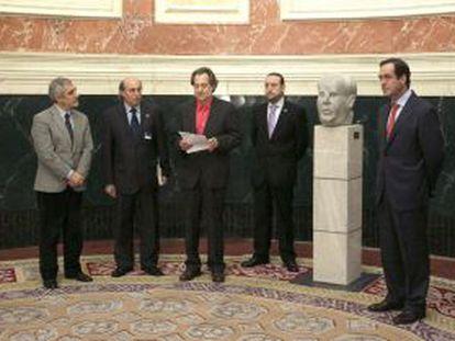 José Bono, a la derecha, en la colocación del busto de Manuel Azaña en el vestíbulo del Congreso en 2011.
