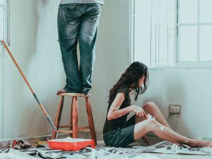 Una selección de productos y consejos paso a paso para pintar las paredes y techos de casa por uno mismo.