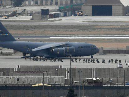 Soldados estadounidenses embarcando este lunes por la tarde de ayer en un avión de la Fuerza Aérea de EE UU en el aeropuerto de Kabul.