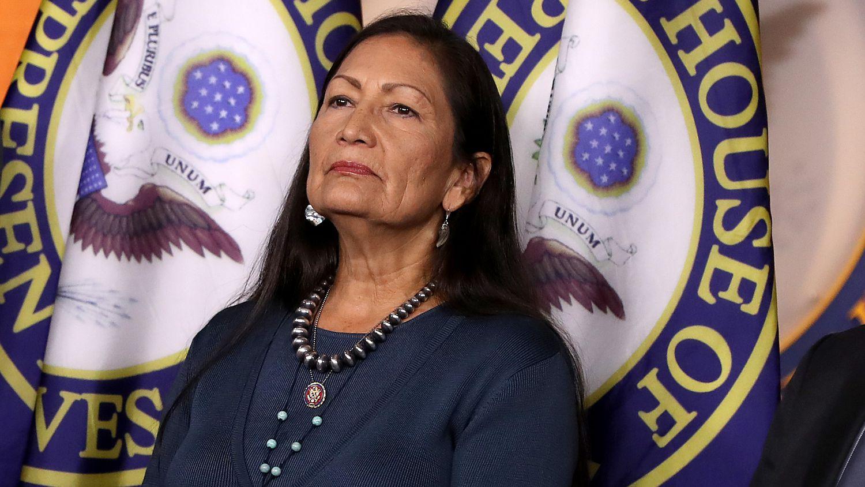 Deb Haaland candidata de la administración Biden para secretaria del Interior, la representante.