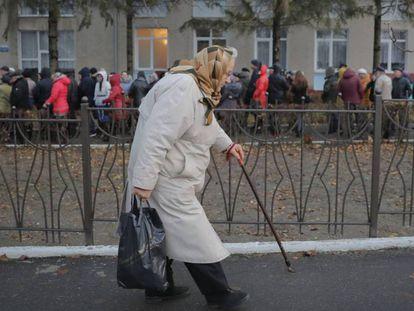 Una mujer cruza de Transdniéster a Moldavia para votar en las elecciones de noviembre pasado.