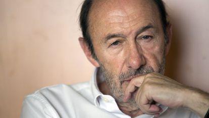 Pérez Rubalcaba, pensativo, en otro momento de la entrevista.