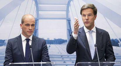 Mark Rutte, a la derecha, y el líder del partido liberal Diederik Samsom.