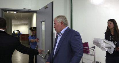 El abogado ruso Anatoly Kucherena al entrar el miércoles a la terminal de tránsito del aeropuerto de Moscú