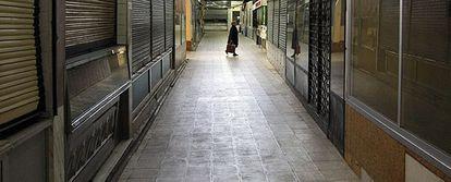 Una mujer camina por el mercado municipal de Bami, en el barrio de Ventas, que el Ayuntamiento prevé vender.