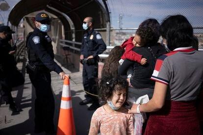 Migrantes centroamericanos son deportados por elementos de la Patrulla Fronteriza en la Ciudad de McAllen, Texas EU.