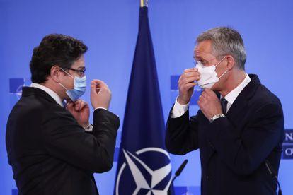 El secretario general de la OTAN, Jens Stoltenberg (derecha), y el ministro de Exteriores de Ucrania, Dmytro Kuleba, este martes en Bruselas.