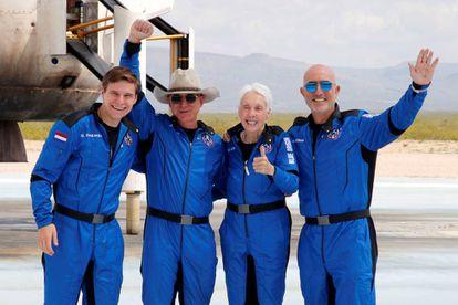 El empresario estadounidense Jeff Bezos (con sombrero) posa con sus compañeros de tripulación en Texas, tras el vuelo inaugural de Blue Origin hasta el borde del espacio.