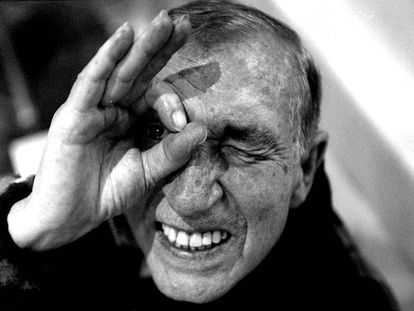 Miguel Gila reinventó, desde el humor, la Guerra Civil española. Él mismo fue uno de sus muertos pero, como si de uno de sus chistes absurdos se tratase, vivió para contarlo. En la imagen, el humorista en 1999, dos años antes de morir.