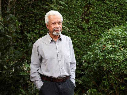 El novelista tanzano Abdulrazak Gurnah en el jardín de su casa en Kent (Reino Unido), tras anunciarse que ha ganado el premio Nobel de Literatura en 2021.