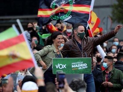 La candidata de Vox a la presidencia de la Comunidad de Madrid, Rocío Monasterio, y el presidente del partido, Santiago Abascal durante un acto electoral en Fuenlabrada, el 19 de abril de 2021.