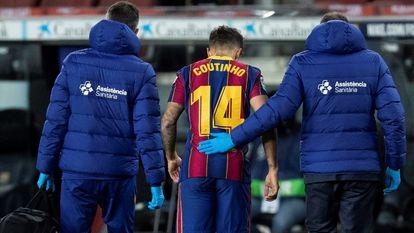 Coutinho deja el campo lesionado en el partido ante el Eibar.