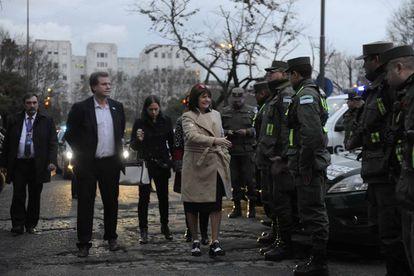 La ministra de Seguridad, Patricia Bullrich, saluda a efectivos de gendarmería.