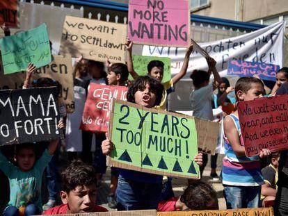 Una protesta de niños refugiados este mes en Atenas, que pide la reubicación inmediata en Alemania.