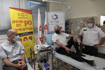 Benjamín Netanyahu, en el centro, dona sangre para los heridos en la avalancha durante un acto religioso, el viernes en Jerusalén.
