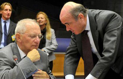 El ministro español, Luis de Guindos, con su homólogo alemán, Wolfgang Schäuble.