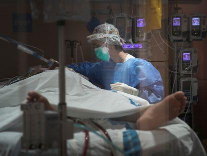 Un paciente de coronavirus en la UCI Covid del Hospital Vall D'Hebron de Barcelona.