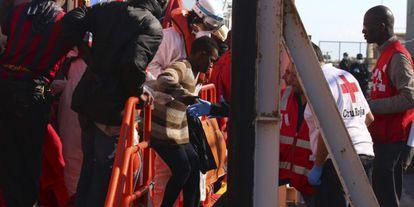 Cruz Roja atiende en diciembre a unos inmigrantes llegados a Almería.