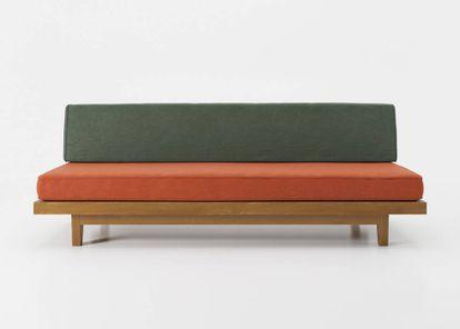 Sofá 'Loveseat' diseñado por Clara Porset en los años 50 en madera de caoba.  