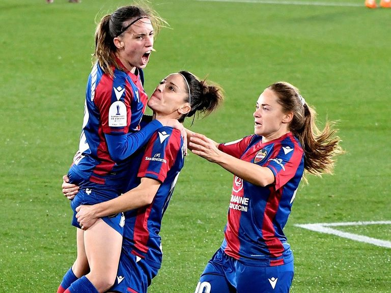 Esther González supports Eva Navarro after she scored a goal this Tuesday against EDF Logroño in the semifinal of the Super Cup.