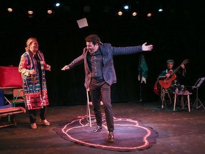Mariano Rochman y Gloria Albalate en la comedia 'Crónico' en el Teatro Fernán Gómez de Madrid.