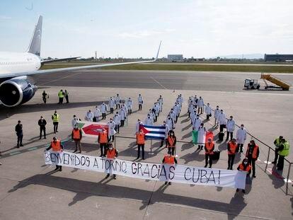 Llegada a Turín de 38 profesionales de la salud cubanos, este lunes, en el aeropuerto de la ciudad italiana.