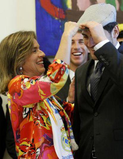 Iker Casillas, se coloca una gorra de chulapo que le entregó la alcaldesa de Madrid, Ana Botella, durante la recepción del Ayuntamiento al equipo por la consecución del título de la Liga