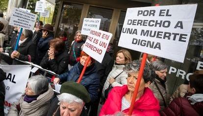 Manifestación en 2019 a favor de la eutanasia en la puerta de los juzgados de plaza de Castilla, en Madrid.