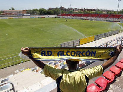 Un hincha en el estadio de fútbol del Alcorcón.