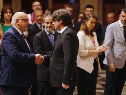 Baiget y Puigdemont se saludan este martes por la mañana. A la derecha, Vila.