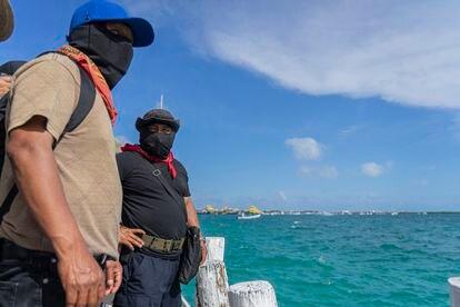 El subcomandante Moisés (al centro) observa la salida de la comitiva zapatista desde el muelle de Isla Mujeres, Quintana Roo.