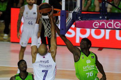 Bassala Bagayoko, del Fuenlabrada, trata de taponar al madridistsa Tyus en su debut en la ACB.