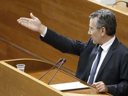 El portavoz parlamentario del PSPV Antonio Torres, este jueves en el pleno de las Cortes.