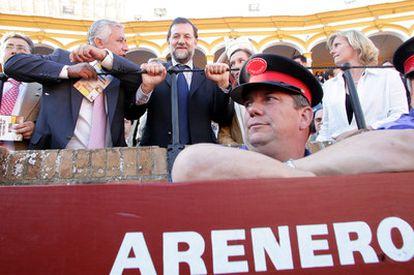Mariano Rajoy, junto a Javier Arenas, durante una corrida en La Maestranza de Sevilla.