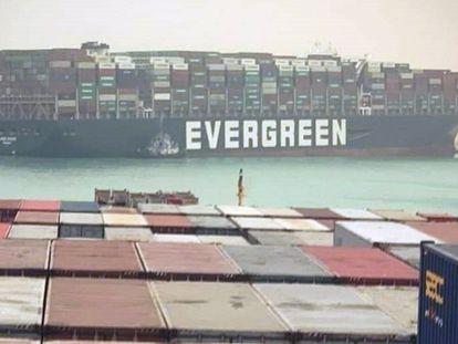 La nave 'Ever Given', encallada en el canal de Suez.