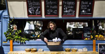 Un camión vende comida en Azca, el distrito financiero de Madrid.