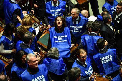 Diputados de Forza Italia protestan en el Parlamento contra los impuestos.