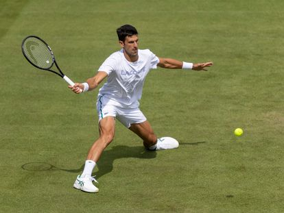 Djokovic pelotea duarnte un entrenamiento de esta semana en Wimbledon.